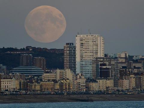 """月到中秋分外明 西半球现""""超级月亮"""""""