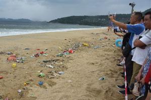 深圳海岸现垃圾带 万人垃圾旁淡定看海