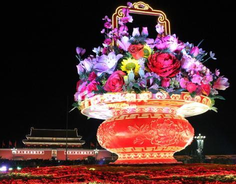 北京天安门广场夜景灯光艳丽 大型花篮吸引眼球