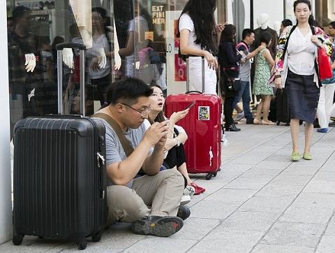 """中国游客挤爆东京购物街 男士沦为街边""""看包客"""""""