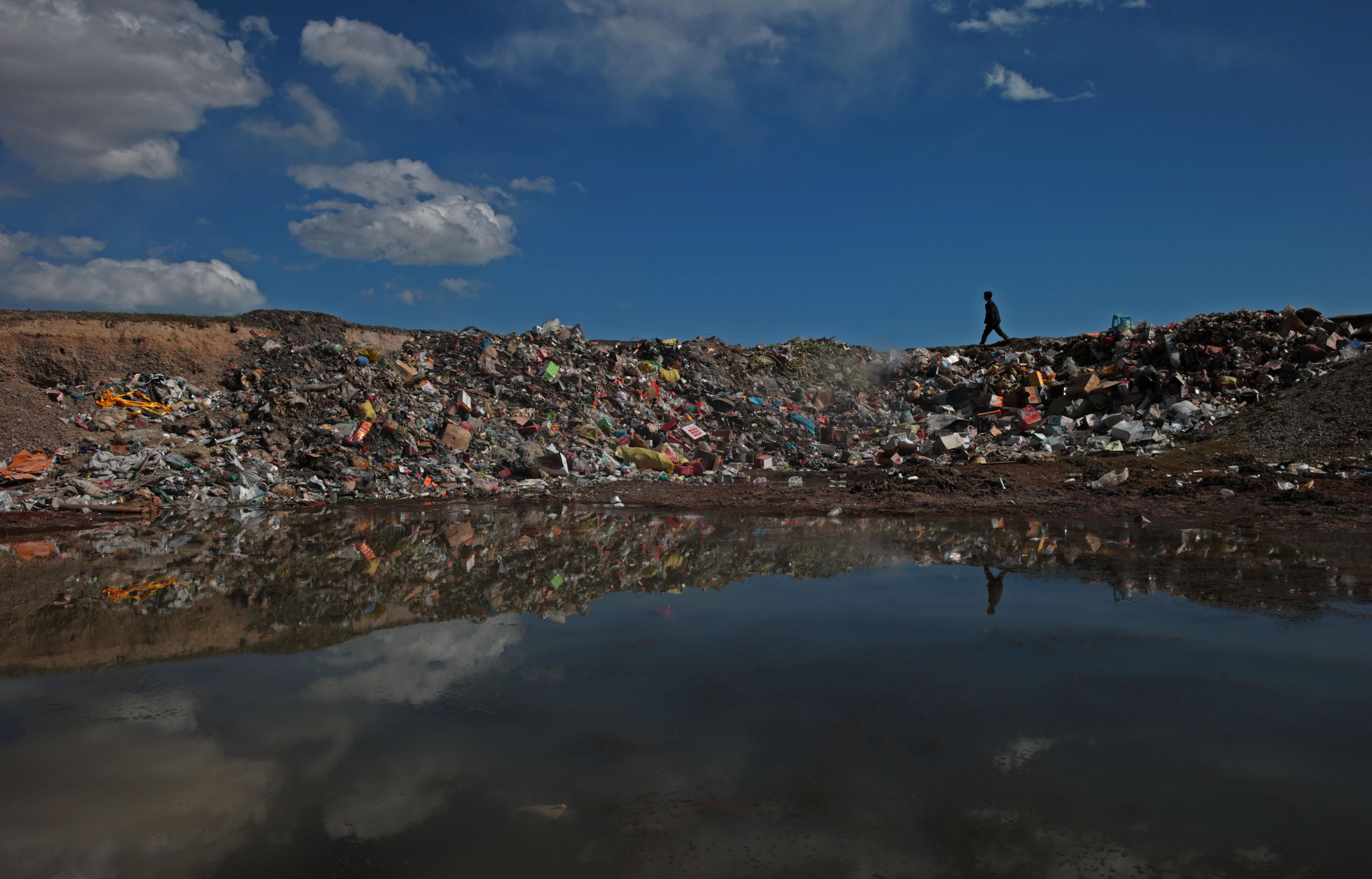 青海湖环湖360公里面临垃圾污染 环卫工劝阻扔垃圾经常挨骂