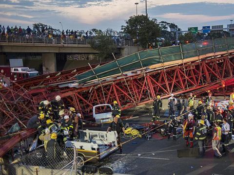 南非高速路附近大桥坍塌 致2人死亡20人受伤