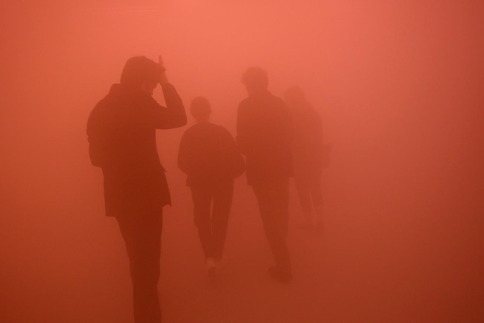 伦敦:艺术家巧用灯光打造迷幻世界 多彩空间对面不相识