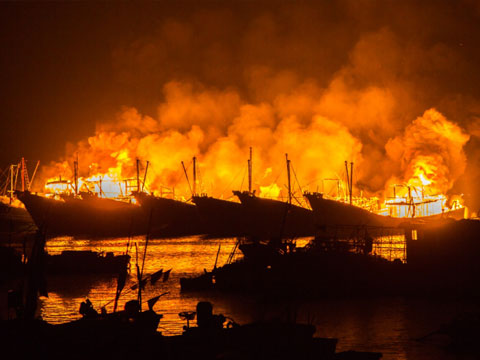 广东汕头10艘渔船连环起火 或因拜祭活动所致