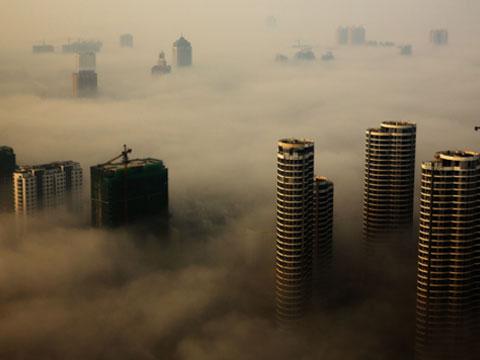 """雾锁山东日照如""""海市蜃楼"""" 高楼浓雾中若隐若现"""
