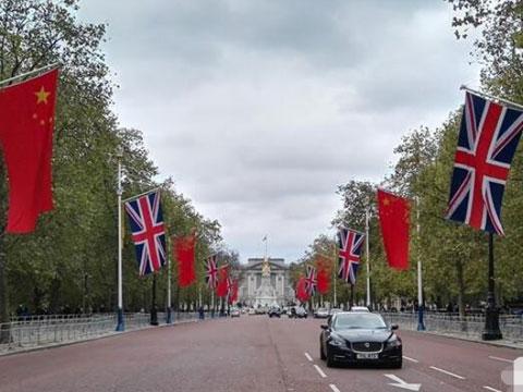 伦敦准备迎接习主席 街头中国国旗招展