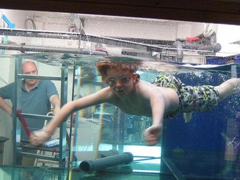 歪果仁太会玩!男子家中装5000升鱼缸供儿游泳