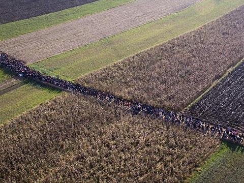 航拍数万难民朝欧洲进发 队伍绵延数公里