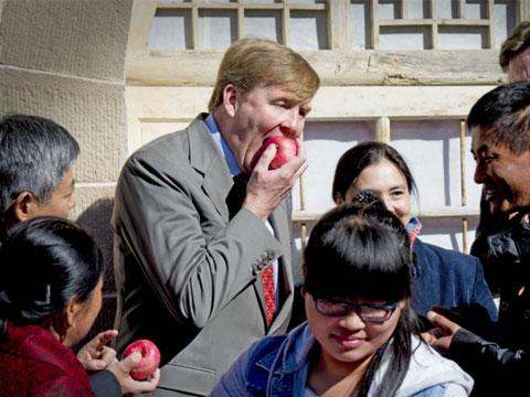 荷兰国王亚历山大造访延安 啃陕北苹果看安塞腰鼓