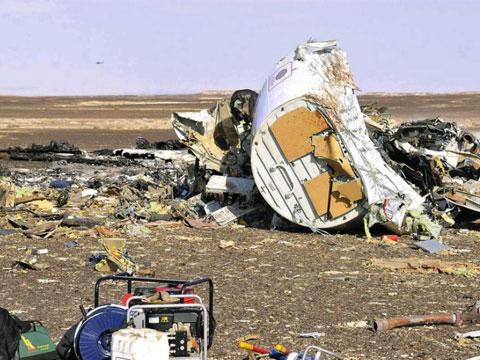 俄罗斯客机坠毁现场:残骸四分五裂