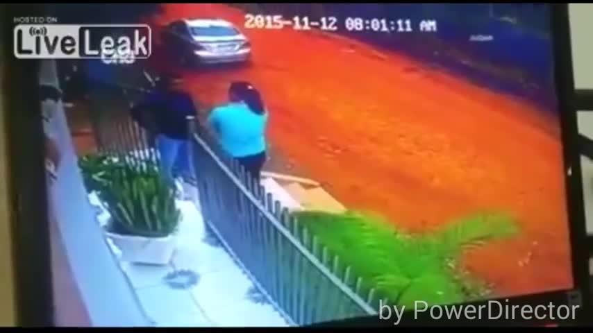 豪宅监控实拍渣男当街枪杀妻子再自杀
