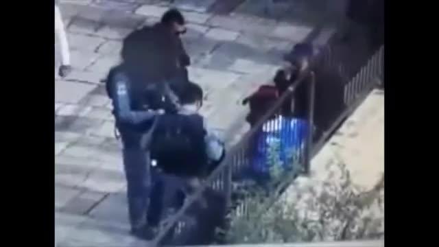 街头监控实拍男子秒速拔刀刺杀警察遭射杀