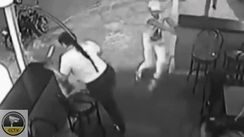 惊悚监控实拍暴徒持枪扫射夜店 八人身亡