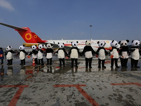 """首架国产喷气式支线客机ARJ21-700""""出嫁""""成都"""