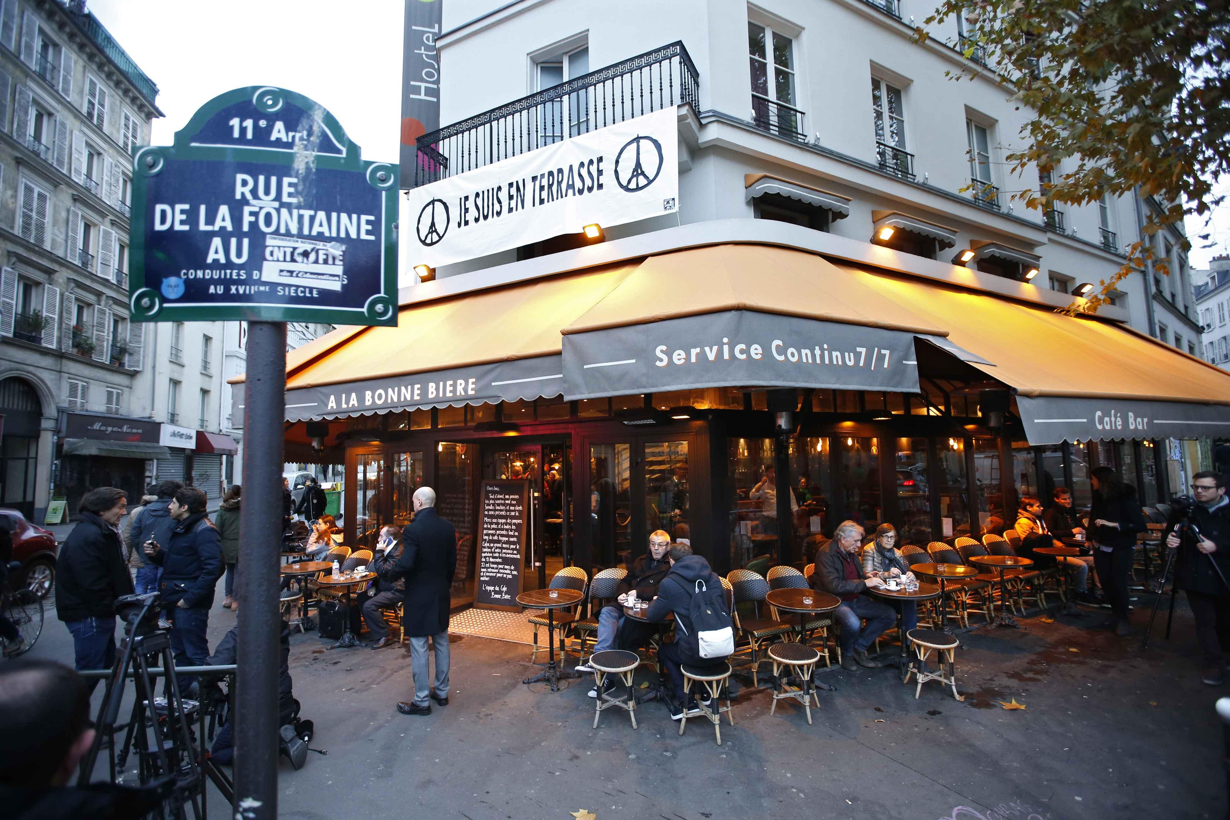巴黎遭袭咖啡馆重新开业