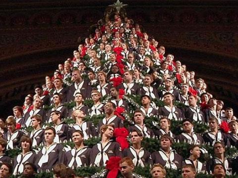 美国220名学生组成20米高圣诞树唱圣歌