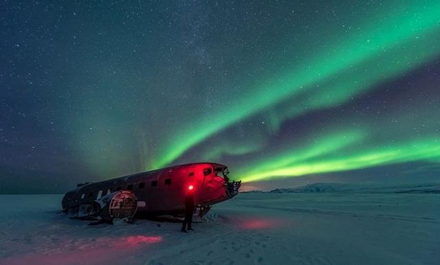 绝美北极光照亮飞机残骸 场景如科幻大片
