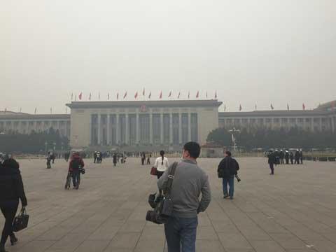 政协开幕日北京遭遇雾霾 记者戴口罩采访