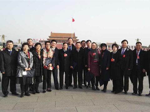 【两会花絮】全国人大上海代表在天安门广场合影