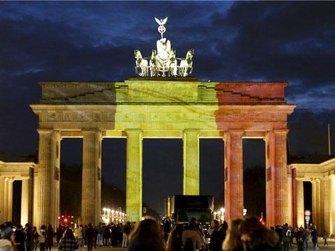 各国建筑点亮比利时国旗色灯光 悼念布鲁塞尔恐袭遇难者