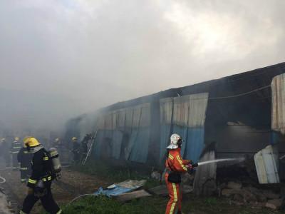 浦东一城中村起火 消防队员抢出十多个液化气瓶