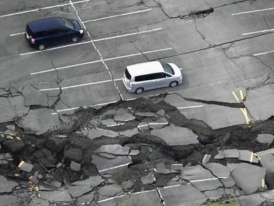 航拍日本九州7.3级地震现场 山崩地裂