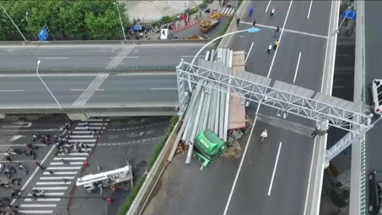 航拍中环高架卡车侧翻事故现场 部分路段交通封闭