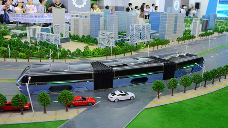 """中国研发""""立体巴士"""":在车流上行驶,可载千余人"""