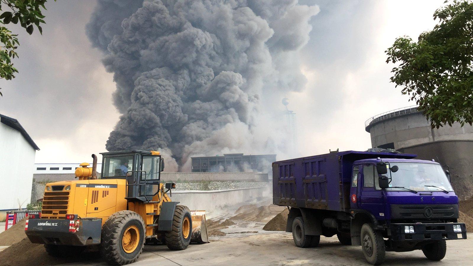 湖北一化工厂发生火灾 巨大黑烟柱宛如蘑菇云