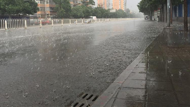 北京迎阵雨天气电闪雷声 局地现冰雹