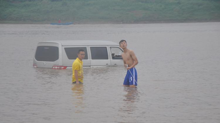 """重庆一司机开车到江边休息 醒来发现车""""漂""""江上"""