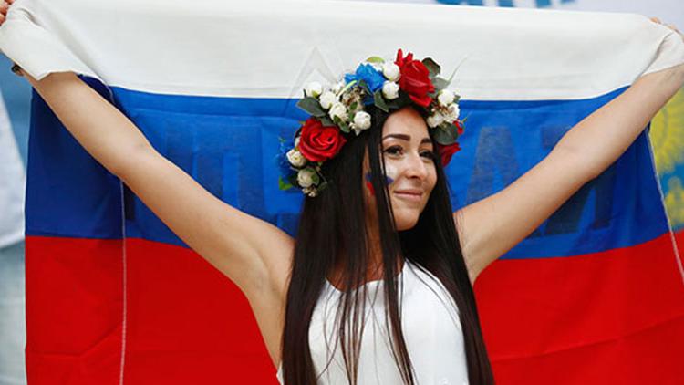2016欧洲杯花絮:美女球迷清凉出镜 销魂身材性感助阵