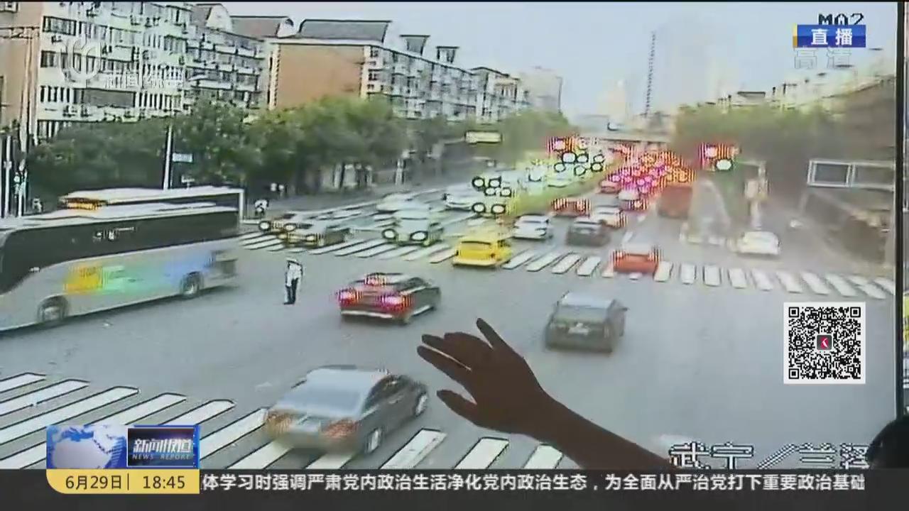 """普陀:人工控制信号灯  时长因""""堵""""调控"""