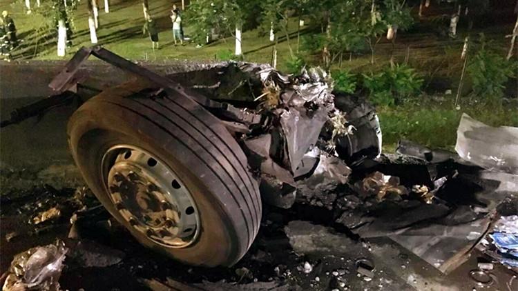 1辆长途客车在天津津蓟高速爆胎落水 致26死4伤