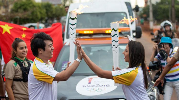 郎朗、江一燕等中国火炬手传递里约奥运圣火