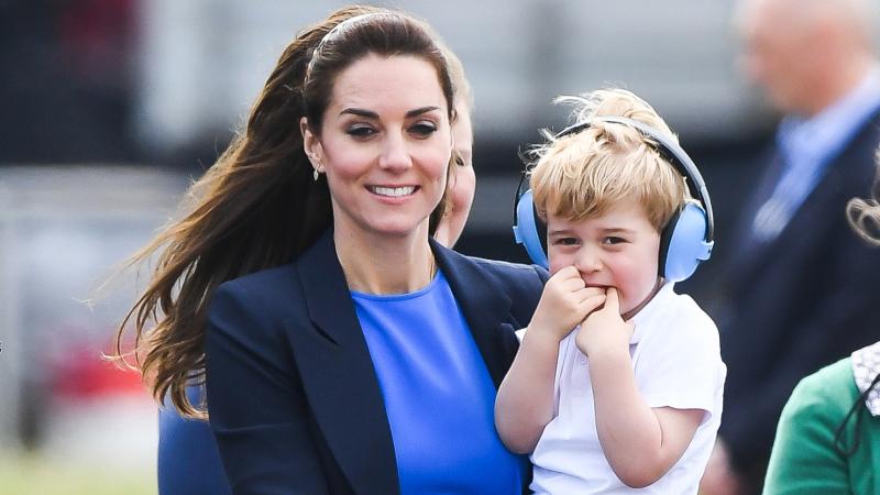 英国小王子乔治参观空军基地 表情萌翻