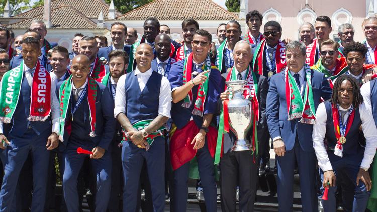 葡萄牙队获总统接见大巴游行 全城欢欣舞动狂欢庆祝
