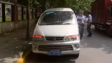 上海机动警察随时查处交通违法