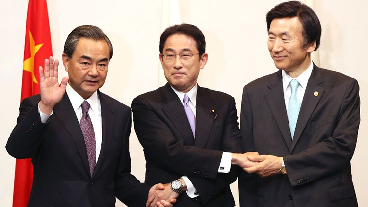 """中日韩外长会期间 王毅用日语说""""早上好""""是对谁说?"""