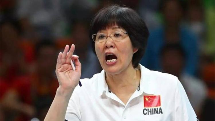 """中国女排主教练郎平在""""女排精神,光明力量""""女排庆功会上发言"""