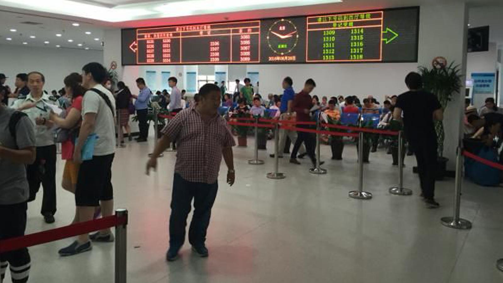 传言上海楼市调控将加码 房产交易中心大排长龙