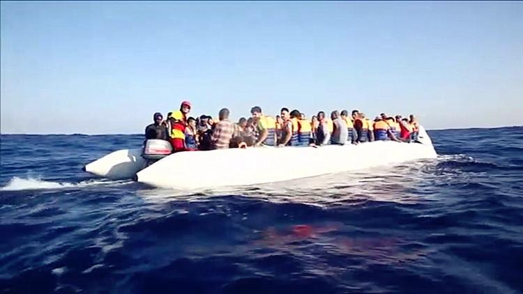 意海岸卫队1天救6500人 难民死里逃生哽咽吟唱故乡歌谣闻者伤心