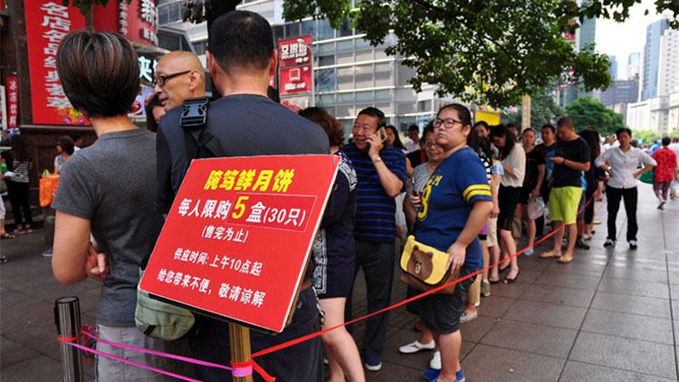 中秋将至 上海人排长队也要吃的经典月饼店