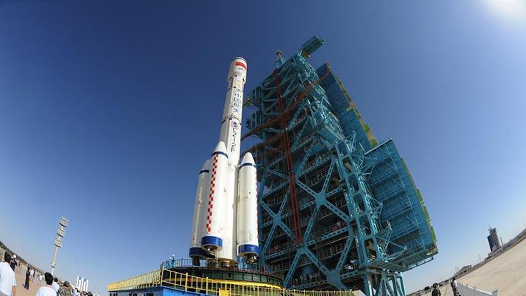 天宫二号与长征二号F运载火箭已垂直转运至发射塔架