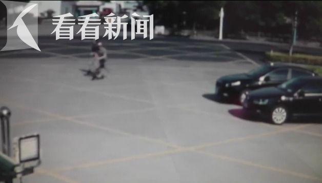 14岁女生骑电动车时看女生骑滑板车连人带车手绘老外短发图片
