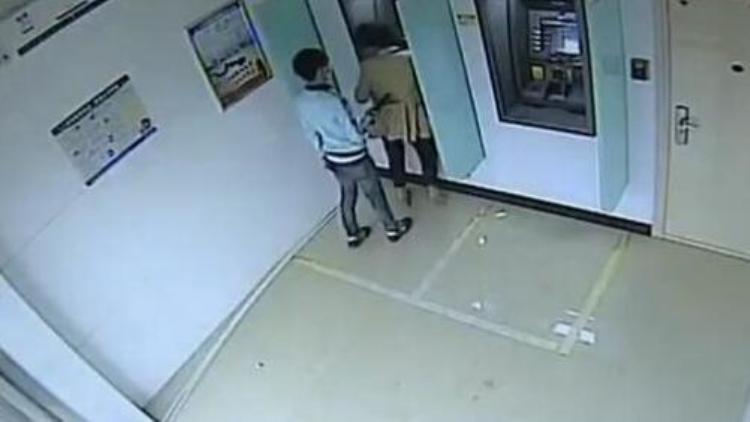 女子ATM取钱遭人持电棍抢劫 警方十小时破案抓获嫌犯