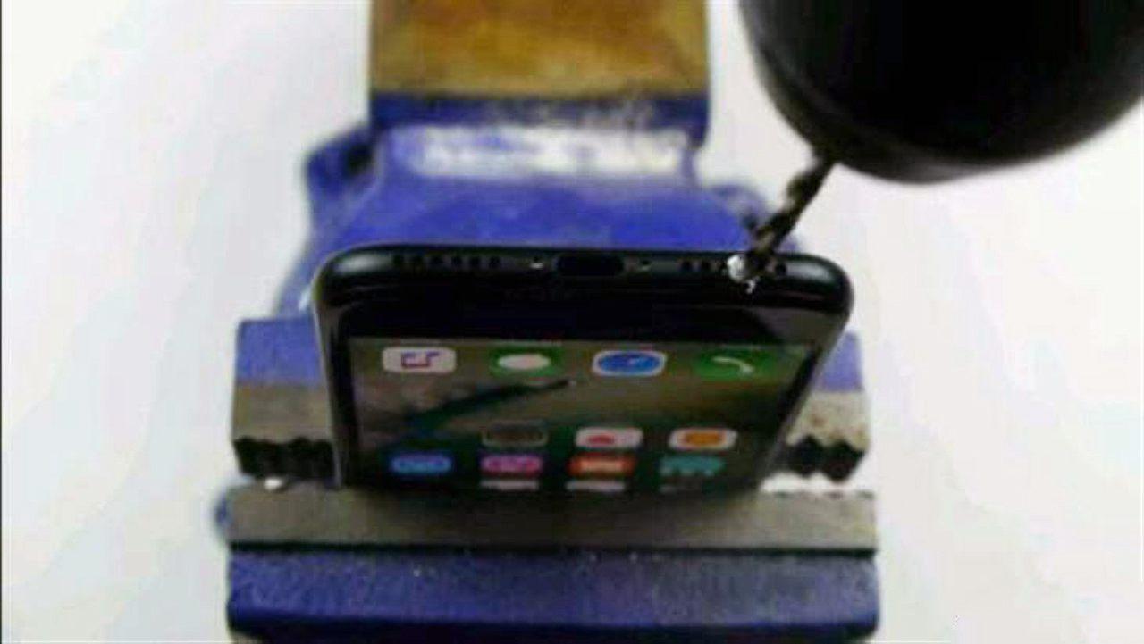 帮iPhone7钻耳机孔?果粉信以为真新手机瞬间毁灭