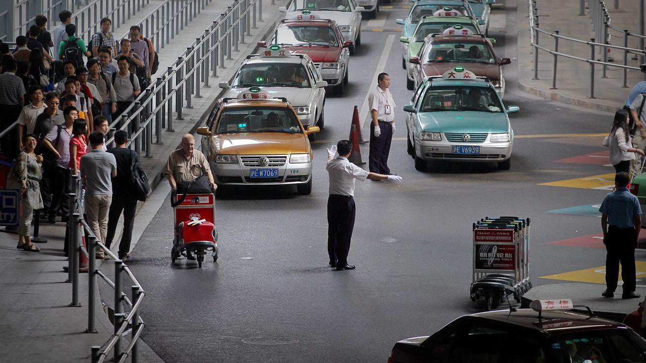 """浦东机场打车遭遇""""假调度""""?实为乘客挑车 要求换车被拒"""