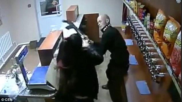 果然是战斗民族!男子持枪抢啤酒 店员徒手与之搏斗