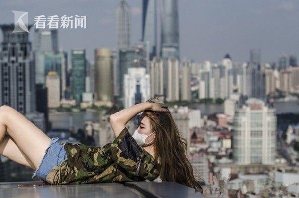 女孩淡定高楼楼顶玩自拍